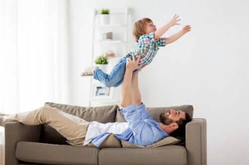 Det är bra för barn att busa och leka med sin pappa