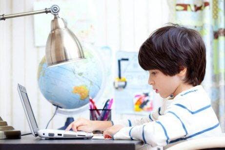 barn lär sig av sina föräldrar: pojke vid skrivbord