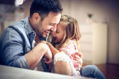 busa och leka: pappa med dotter i famnen