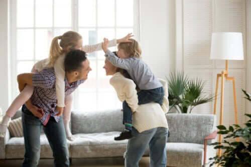barn som busa och leka med föräldrar