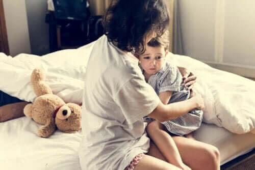 undvika mardrömmar hos barn: mamma tröstar barn
