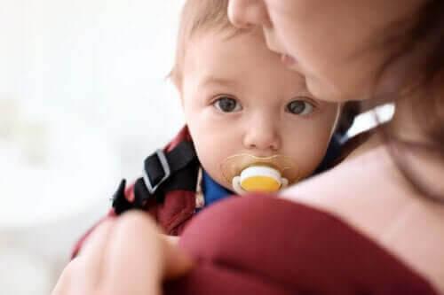 nappens känslomässiga funktion: mamma med baby