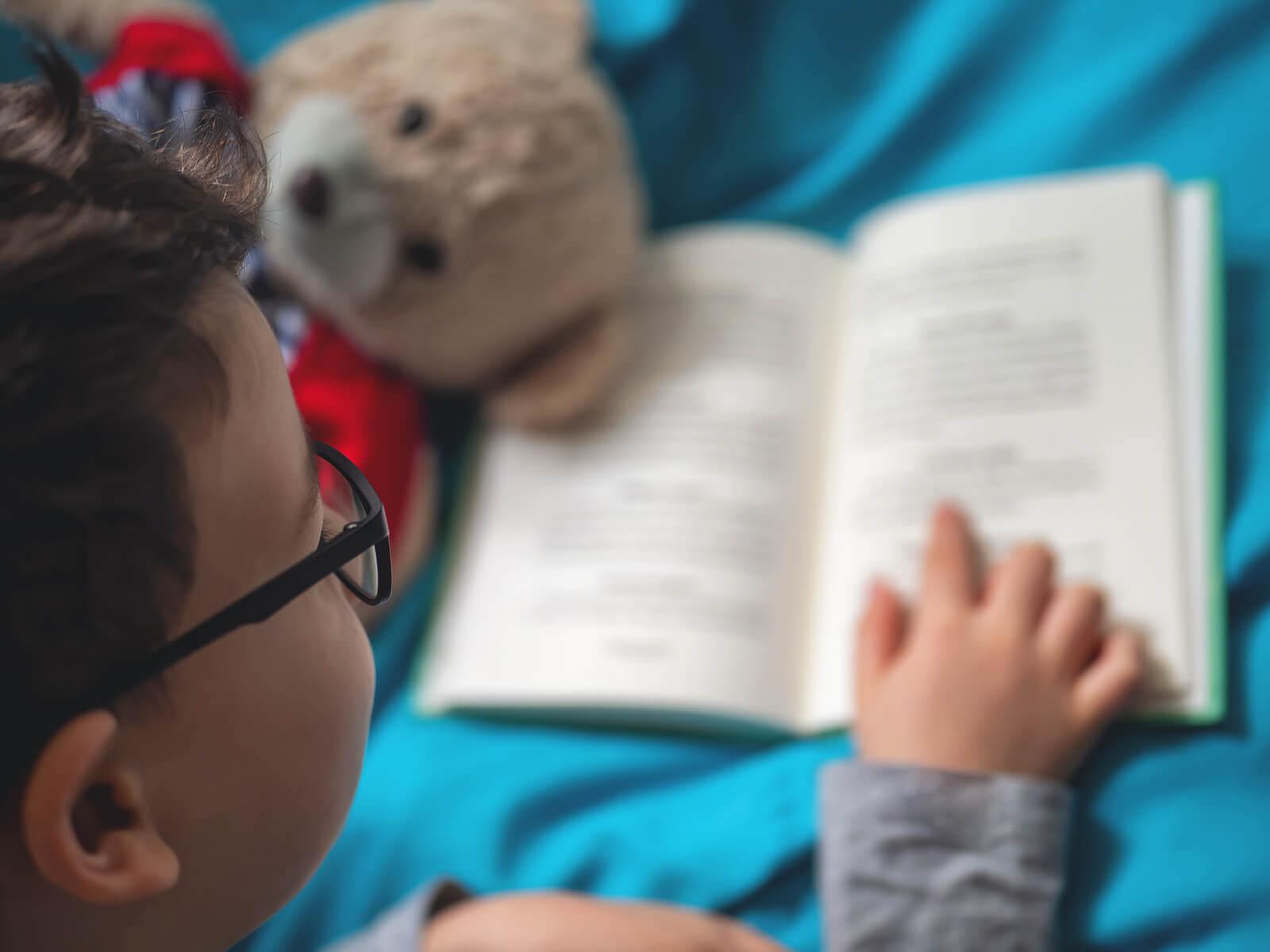 stimulera läsning hemma: barn läser