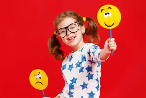 socio-emotionella förmågor: flicka med skyltar med emojis på