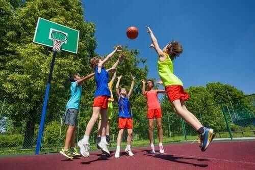 Idrottsskador hos barn: barn spelar basket