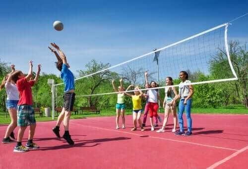 Idrottsskador hos barn: barn spelar volleyboll