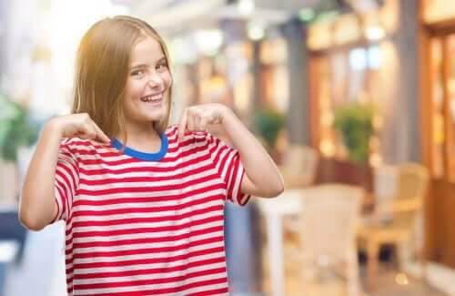 ryggsäck med positiva kvaliteter: stolt flicka