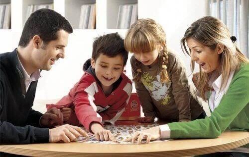 familj spelar brädspel för att förbättra fokus