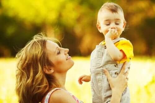 utvecklingsstadierna under ett barns första år: baby och mamma