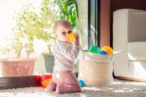 utvecklingsstadierna under ett barns första år: baby med leksaker