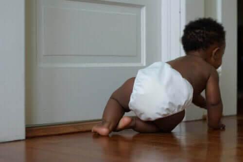 utvecklingsstadierna under ett barns första år: baby kryper