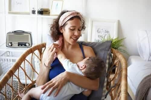 mamma i amningsplagg och baby