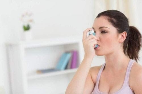gravida kvinnor med astma: kvinna med inhalator