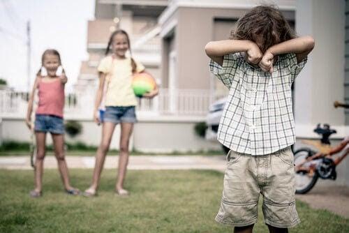 lära barn att inte reta: barn retar ledsen pojke