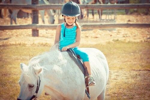 terapidjur hjälpa barn: flicka på häst