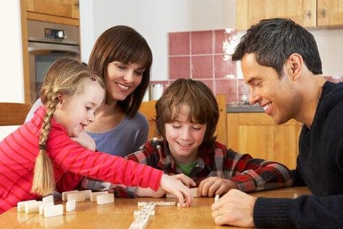 familj spelar pedagogiska sällskapsspel