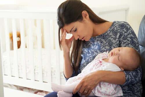 Olycklig mamma med sitt barn