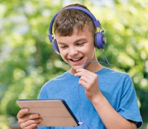 hålla igång inlärningen över sommaren: barn med läsplatta