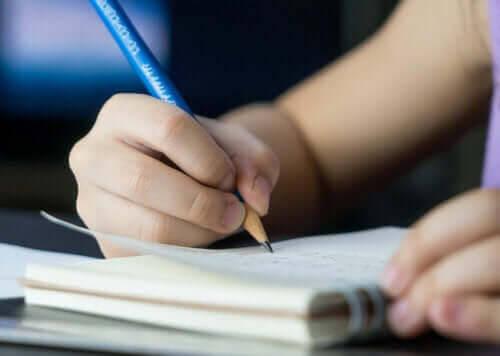 hålla igång inlärningen över sommaren: barn skriver
