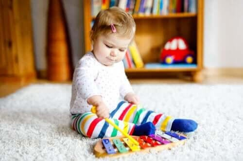 känslomässiga band och musikinstrument: baby med xylofon