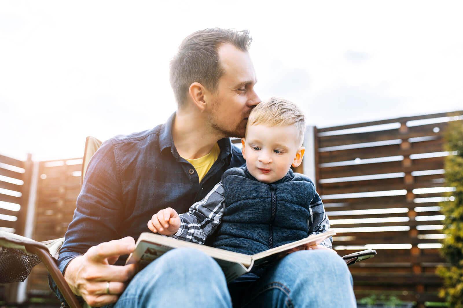 Känslomässiga presenter: pappa läser för barn