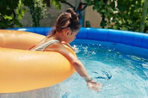 Uppblåsbara pooler: barn i pool