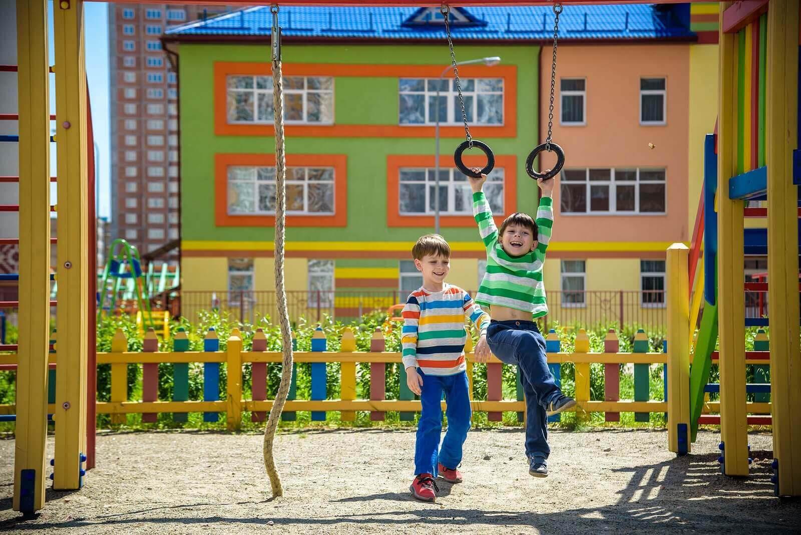 Temperament hos spädbarn: barn leker på lekplats