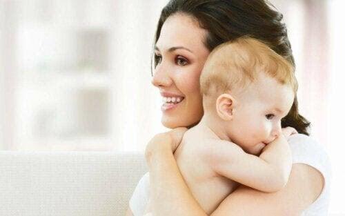 en mamma som är bra nog: mamma håller baby