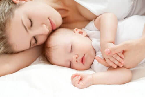 en mamma som är bra nog: mamma och baby sover