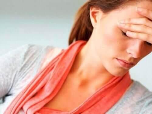 Stress efter förlossningen: kvinna ser stressad ut