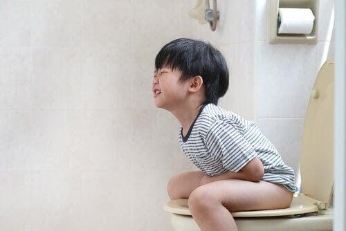 barn krystar på toaletten