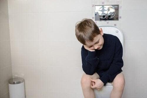 ofrivillig tarmtömning: barn sitter på toaletten