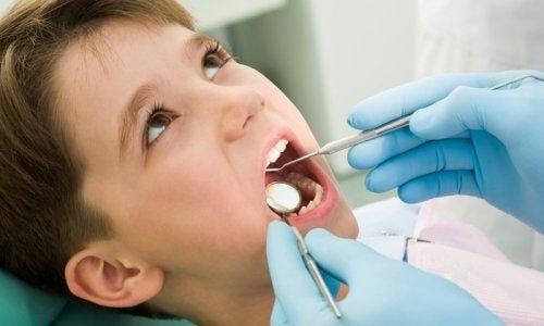 barns mjölktänder: pojke hos tandläkare
