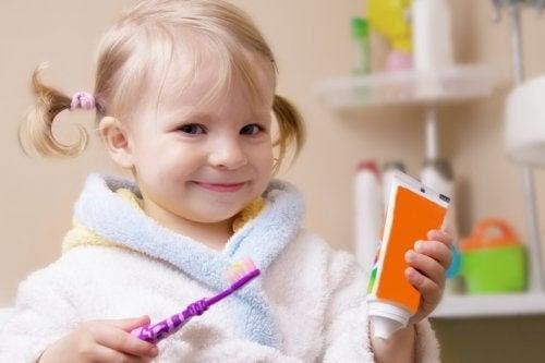 barns mjölktänder: flicka med tandborste