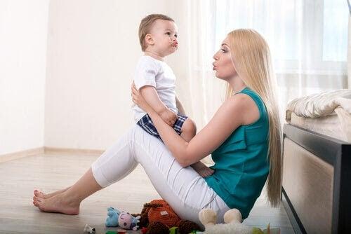 kvinna interagerar med baby