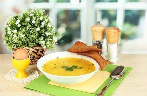 allt i en gryta: soppa i skål på bord