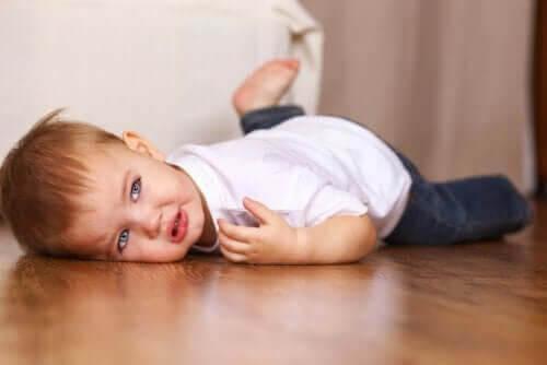 känslomässiga utveckling: barn på golv