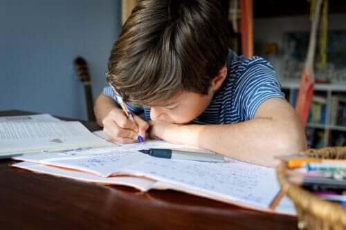 pojke studerar med Pomodoro-tekniken