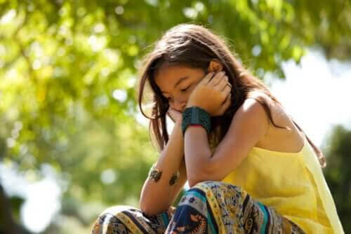 Dålig självkänsla: flicka ser nedstämd ut
