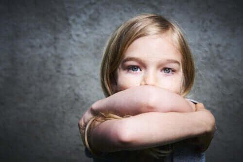 Dålig självkänsla: flicka med armarna i kors