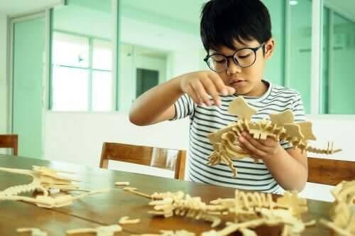 individuella skillnader: barn leker med modell av fossil