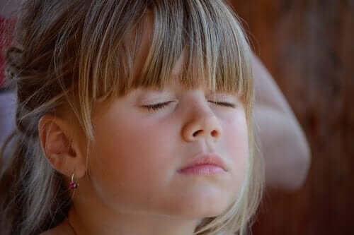 Koeppen-tekniken: flicka mediterar