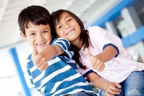 personliga styrkor: barn visar tummen upp