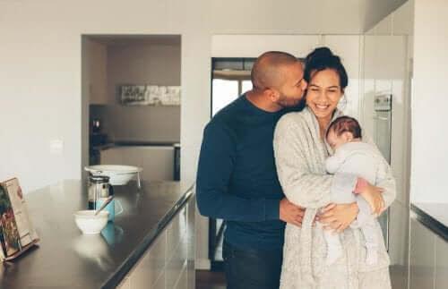 barns utveckling: par med nyfödd baby
