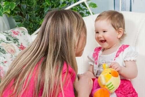 barns utveckling: mamma leker med baby