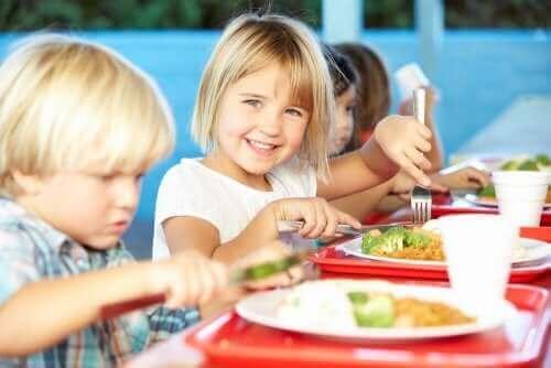 Barn äter mat