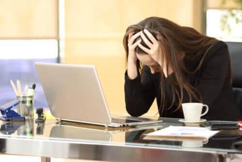 inte kan bli gravid: stressad kvinna vid dator