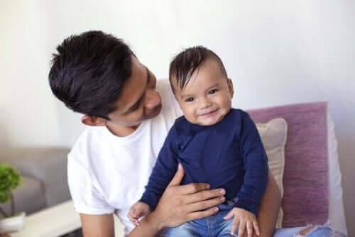 besök med din bebis: man med baby i knät