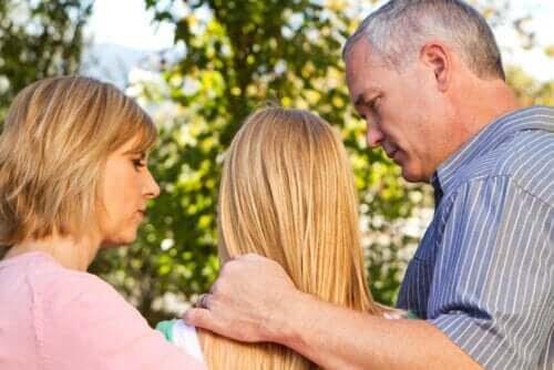 mamma och pappa talar med tonåring