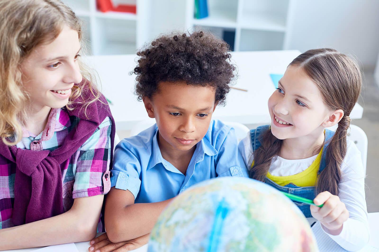 Nelson Mandelas vision för skolan: barn tittar på jordglob